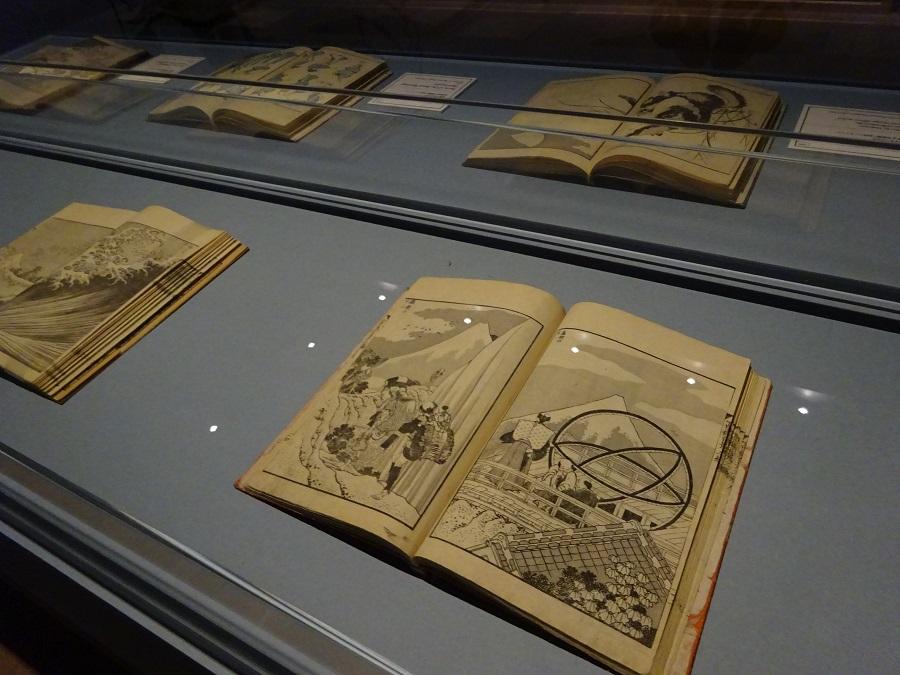 「戴斗」期の絵手本の中に不思議な物体が。天文関係の計測器でしょうか。