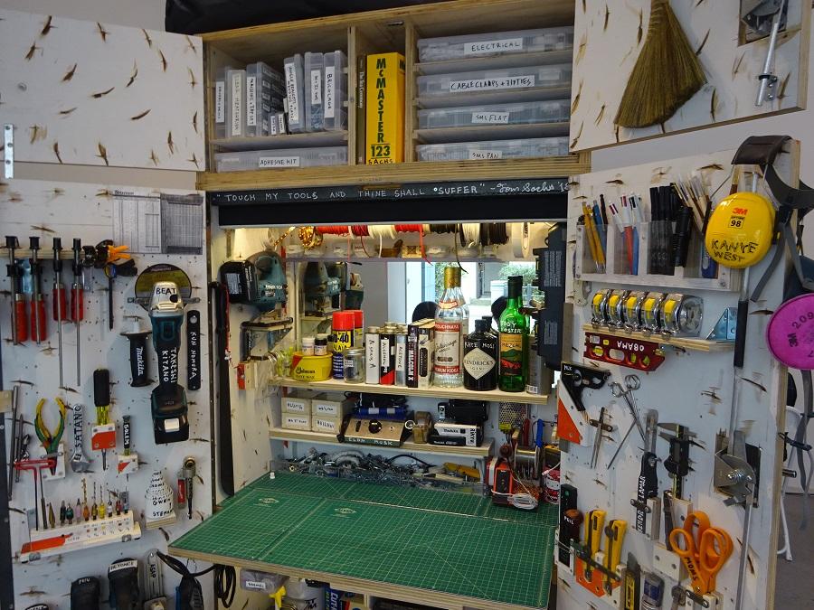 駒込のギャラリーにて。トム・サックスのスタジオの美しい作業台。仕事ができる感が漂います。