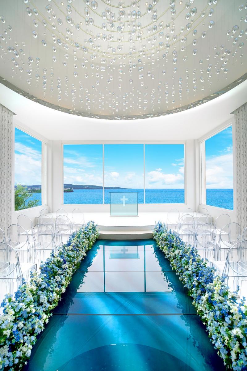 内観は、白と青のコントラストが美しい。