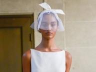 ミニマルなドレスをおしゃれに昇華する小粋なヘッドアクセ