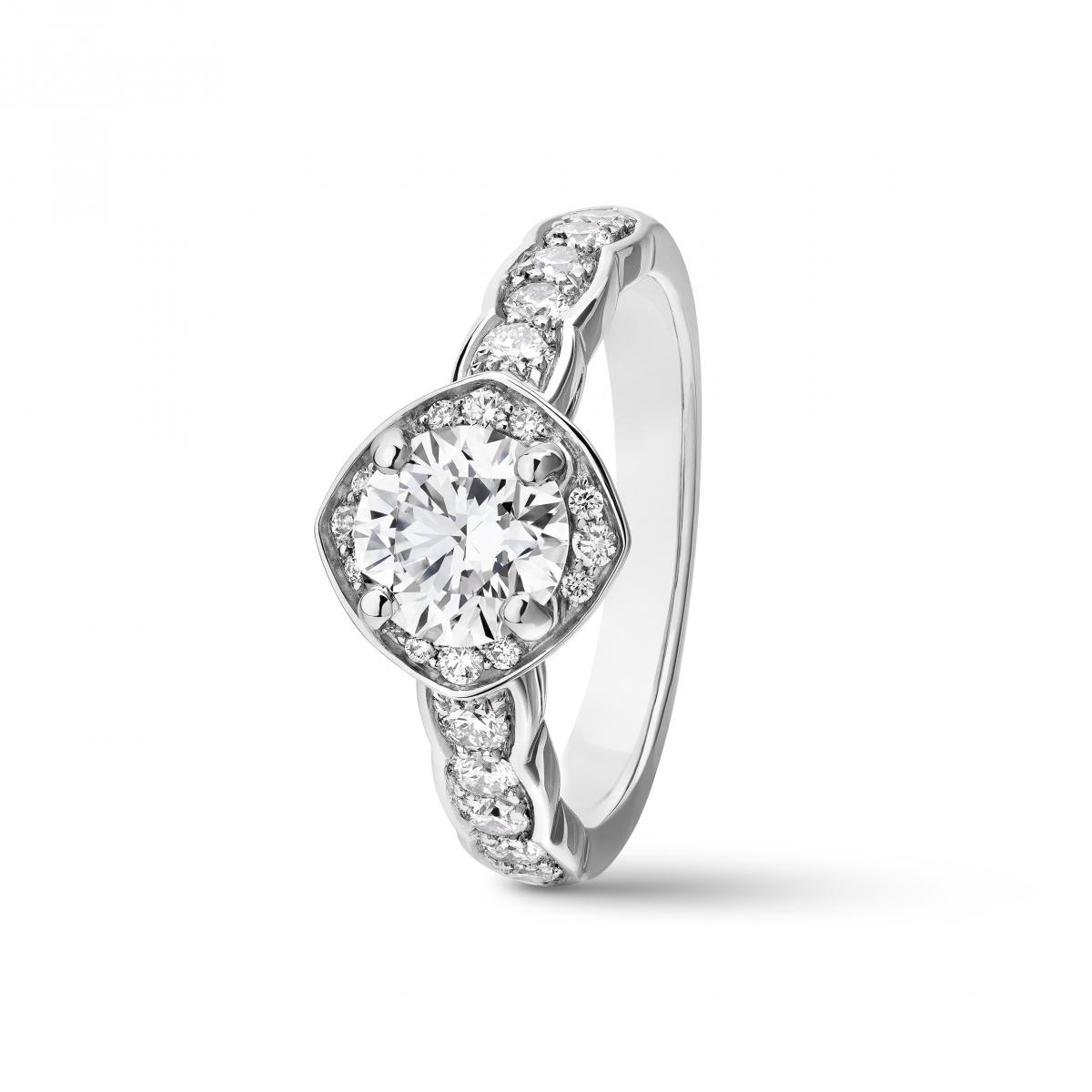 ブランドのDNAが息づく、センシュアルなデザイン。「ココ クラッシュ」リング(Pt×センターダイヤモンド0.25ct〜)¥551,000〜/シャネル