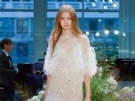 【Monique Lhuillier】繊細なクチュールテクニックで魅せる、フェミニンなドレス