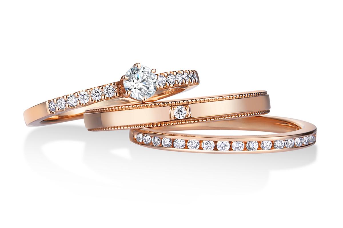 日常使いしやすいほっそりとしたデザインながら、華奢なアームがセンターダイヤモンドを引き立てる。ピンクゴールドなら、より一層スウィートかつ女性らしいムードに。〈上から〉「ディアブライダル」リング〈K18PG、センターダイヤモンド0.15ct〉¥237,600、〈K18PG、ダイヤモンド0.15ct〉¥118,800、〈K18PG、ダイヤモンド〉¥166,320*税込