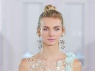 ドレスが主役のシンプルヘアは耳もとで魅せる!