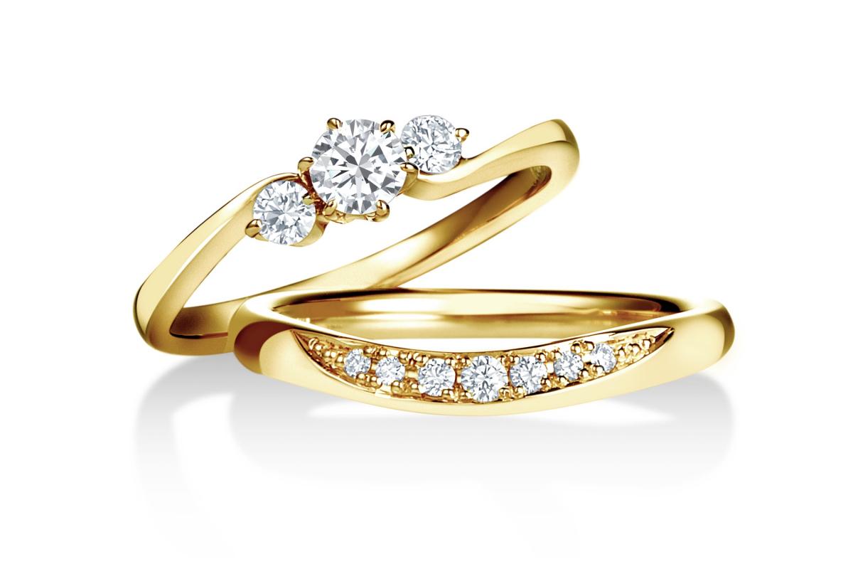 曲線美に優雅にダイヤモンドが連なる、アーティスティックなデザイン。重ね付けするとますますアーティな雰囲気が高まりそう。イエローゴールドでスタイリッシュに。〈上から〉「ディアブライダル」リング〈K18YG、センターダイヤモンド0.15ct〉¥237,600、〈K18YG、ダイヤモンド0〉¥123,120*税込