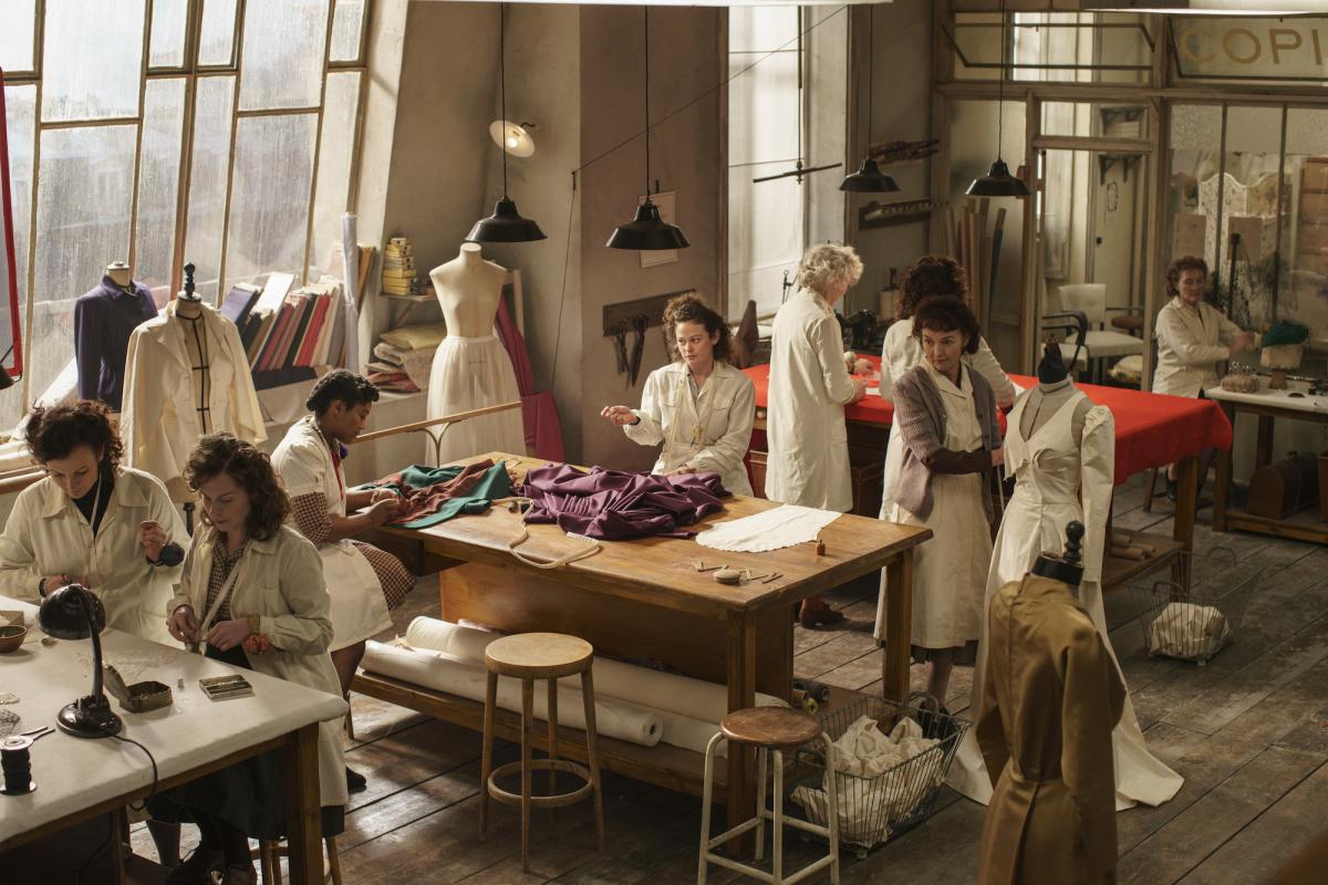 『ザ・コレクション』/華やかでダークな、オートクチュールの舞台裏へようこそ  こちらはアマゾンUKの初オリジナル作品として、第二次世界大戦後、1940年代パリのファッション界を舞台にしたドラマシリーズ。脚本は『プリティ・リトル・ライアーズ』、『アグリー・ベティ』で知られるオリヴァー・ゴールドスティック、衣装デザインは『シャネル&ストラヴィンスキー』で映画コスチュームを担当したシャトゥーヌ&ファブといった、最強の布陣。度々登場するアトリエのシーンは、上質なドレスが作られるプロセスが垣間見えて、何度も巻き戻して見てしまうほど。ただ、豪華なオートクチュールのシーンとは裏腹に物語をリードするのは、欲望や嫉妬といった人間の放つおどろおどろしい争いの世界。華やかな世界も憎悪うずまく世界も、同じ人間が紡ぎ出しているもの。その対比の見せ方が上手いなと思います。デザイナーの妻や母、店を訪れる裕福な女性たちの、この時代ならではのヘアアレンジ、大胆でゴージャスなジュエリースタイリングも見逃せません。(エディターR)  Amazon Prime Videoで独占配信中