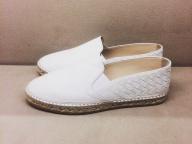 夏の日差しの下で履きたい、モードな白い靴