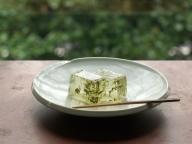 HIGASHIYAから、新茶の季節を愉しむための和菓子「新茶羹」が発売中