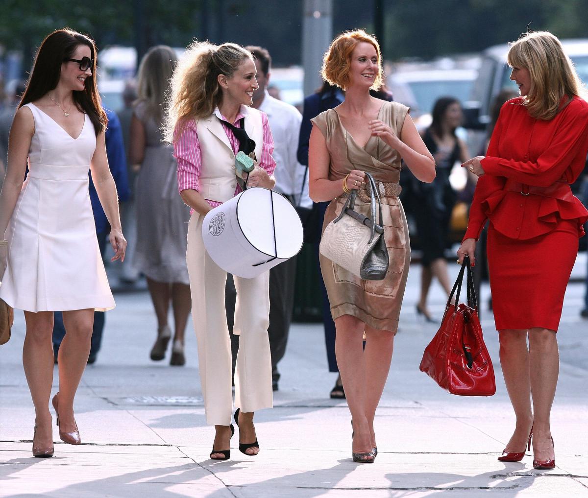『セックス・アンド・ザ・シティ』/今もなお色褪せない、ファッション好きの永遠のバイブル!  1998年に放映され、社会現象を巻き起こした伝説的な作品。ニューヨークに暮らす女性たちのライフスタイルを赤裸々に描き多くの女性たちの共感を呼びました。今でも世代を超えて根強い人気を誇り、最近では続編制作の話題でもちきりの本作。サラ・ジェシカ・パーカー演じる主人公キャリーが発信源となったトレンドは数知れず。 オープニングシーンのチュチュスカート、 タイトなミニワンピースに、レタードネックレス、ディオールのTシャツにマノロ ブラニクスのヒールetc. ハイブランドとヴィンテージをミックスさせたスタイルは今見ても輝きを失っていません。そして低身長である私からすると、キャリー役を演じるサラ・ジェシカ・パーカーが意外にも(?)160センチと小柄だったのもポイント。ファッションのインスピレーション源としてはもちろん、リアルなスタイリングの参考になりました。身長157センチのアナ・ソフィア・ロブがキャリーの高校時代を演じたスピンオフドラマ『マンハッタンに恋をして 〜キャリーの日記〜』でも同じくキュートでカラフルなルックがたくさん登場するので、併せて観るのもおすすめです!(シェリー)  Photo:Getty Images