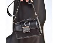 カジュアルにもシックにも。スタイルにあわせて選ぶフラップバッグ