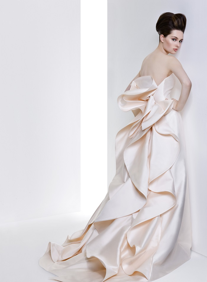 7ea33f69f64c8 独創的でモダンなラインのアントニオ・リーヴァのウェディングドレス。ミカドシルクの美しさを最大限に表現したシンプルで構築的なデザインは、元建築家でもある  ...