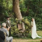 シンボルツリーの下でゲストに愛を誓う温かな人前式