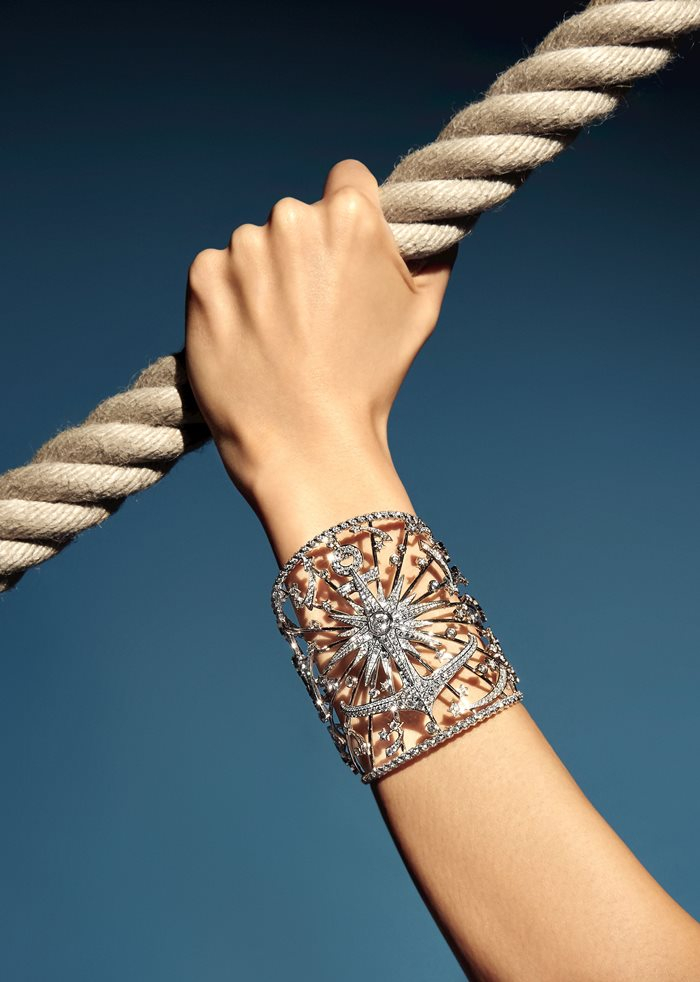 「セイラー タトゥー」ブレスレット(K18WG×チタン×ブルーサファイア)¥29,850,000 ※写真はダイヤモンド?
