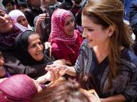ダイアナ妃の再来!? ラーニア王妃、難民キャンプを訪問