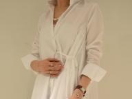 クリーンなシャツドレスに添える、異素材ミックス
