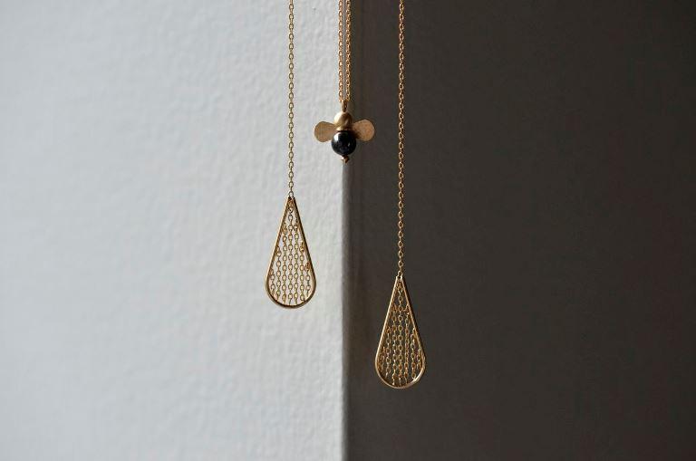 apiネックレス(K18YG×ブラックダイヤモンド)¥70,000、apiピアス(K18YG) ¥60,000