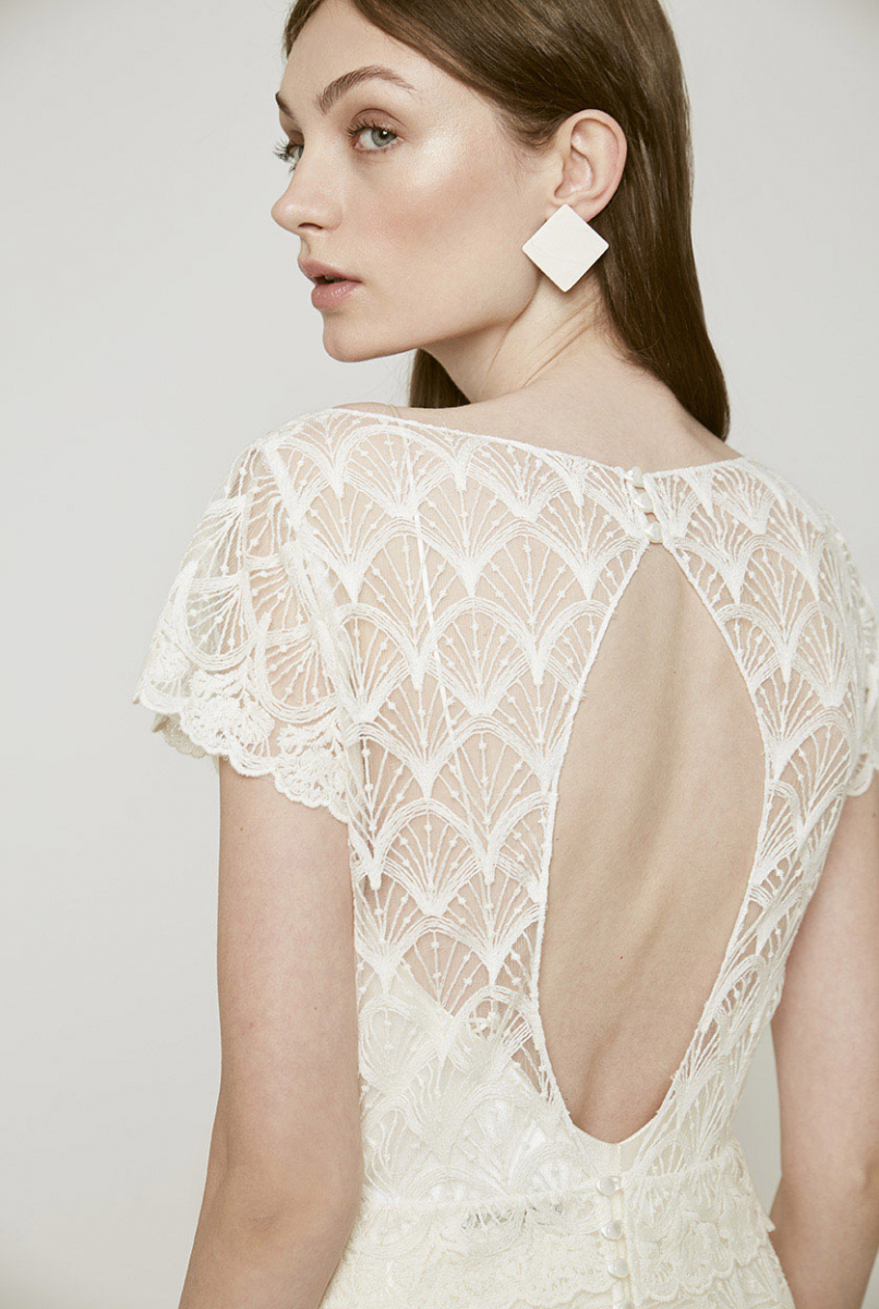 71d30c262bb24 扇状に施されたコットンエンブロイダリーのドレスも大人の花嫁にぴったり。大胆に開いた背中のラインはバックスタイルを美しく演出してくれる。