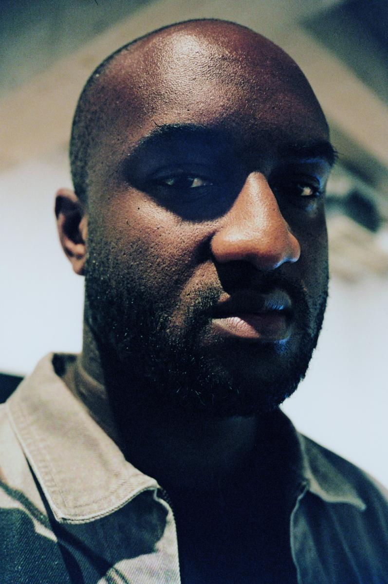 ヴァージル・アブロー  1980年、イリノイ州ロックフォード生まれ。  2012年「パイレックスヴィジョン」を立ち上げ、  2013年「OFF-WHITE c/o VIRGIL ABLOH™ 」をスタート。  2018年3月、ルイ・ヴィトンのメンズ・アーティスティック・ディレクターに就任
