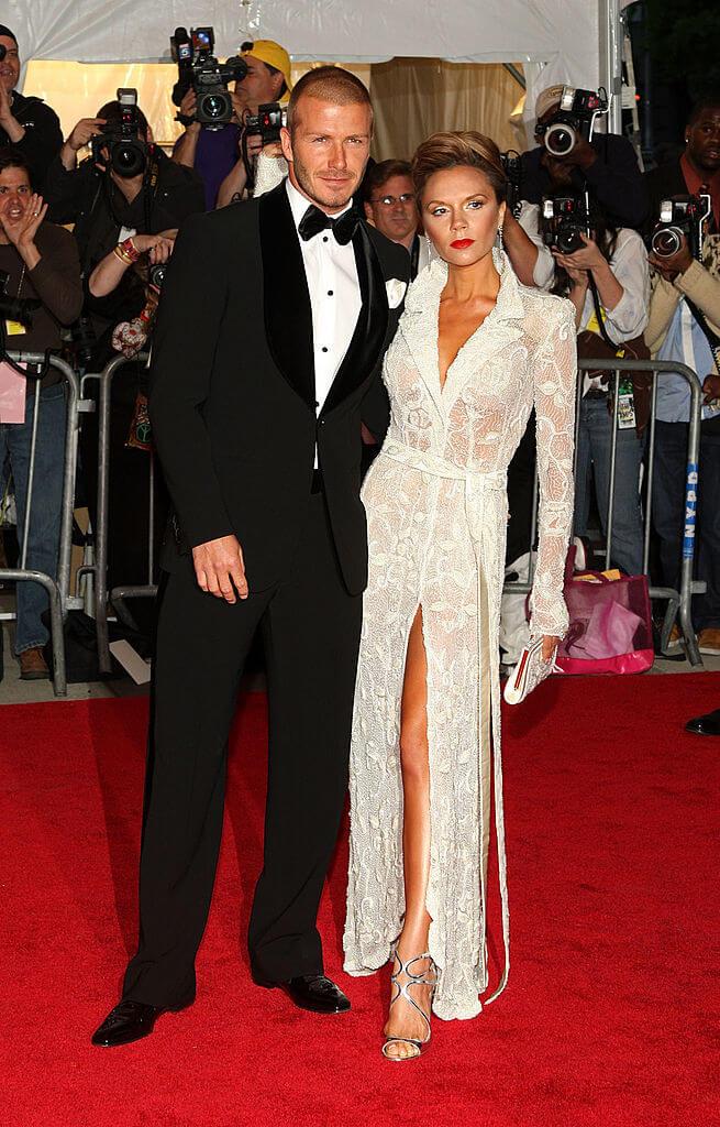 2008年、「メットガラ」に、夫デヴィッドとともに参加したヴィクトリア・ベッカム。ハイスリットドレスで会場の視線を独占した。