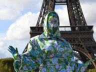 一体誰!? レディー・ガガも真っ青!なファッションに身を包んだ「お騒がせセレブ」がパリの街を席巻
