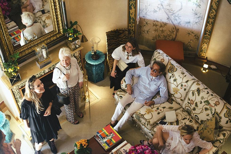 ヴァレンティノ・ガラヴァーニ(右から2番目)は  ソフィア・コッポラ(中央)のカンヌ国際映画祭での監督賞受賞を祝し  パリ郊外にある隠れ家であるウィドヴィル城でランチパーティを開いた