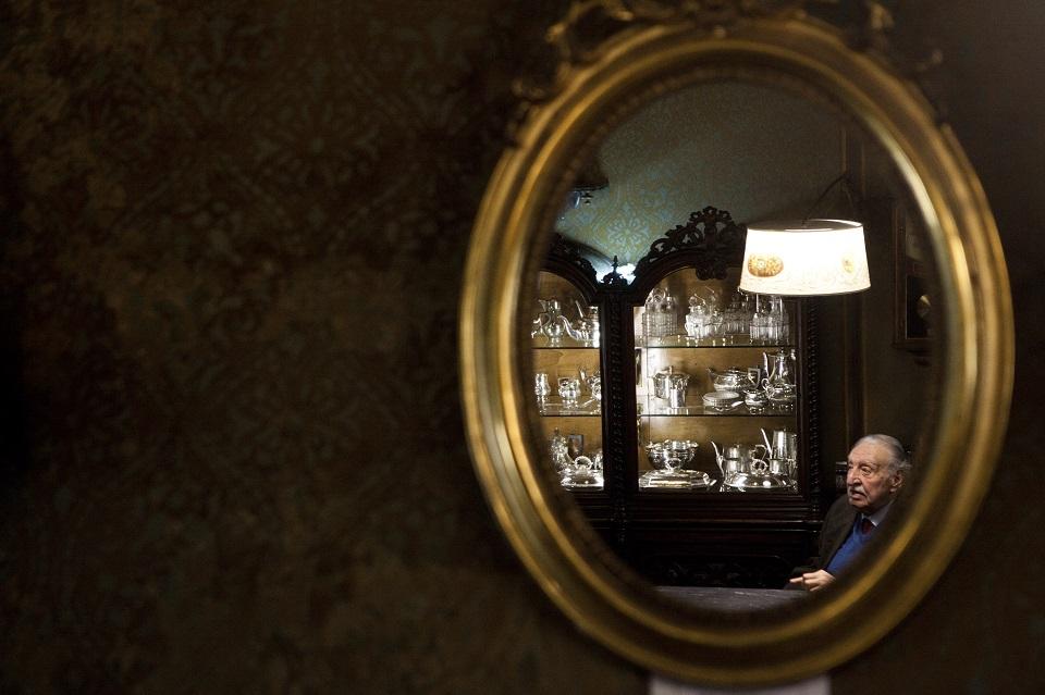 カルリ宝飾店の12代目店主であるピエトロ・カルリ、89歳。  この店は、彼の一族が代々営んできたファミリー・ビジネスだ