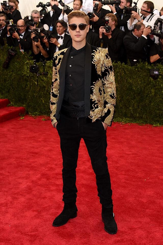 メット・ガラには、ゴールドの龍の刺繍が施されたバルマンのスーツで登場したジャスティン・ビーバー。