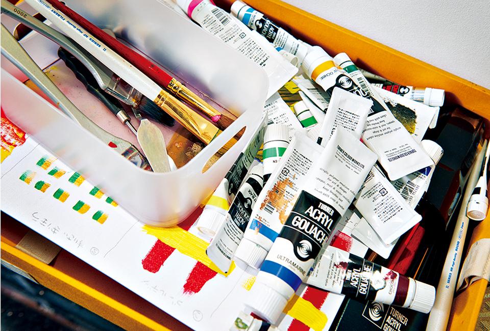 筆はほとんど使わない。 絵の具を簡単に持ち運べるよう、箱に収納している