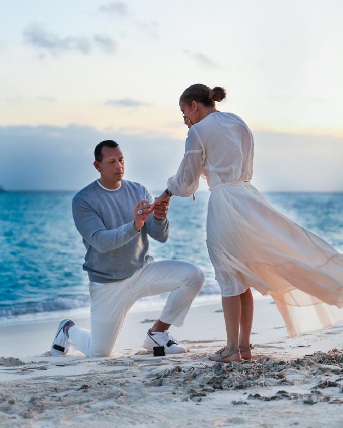 【結婚】今年3月、アレックス・ロドリゲス(44)から婚約指輪を受け取ったジェニファー・ロペス(50)。再婚同士だが、お互いの子どもたちもふたりの結婚に賛成しているとか。「世紀のプロポーズ」とも言われた写真を超える、ロマンティックなツーショットに期待したい!