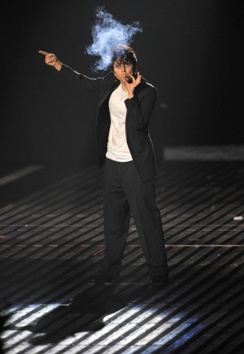 男装してステージに登場したレディー・ガガ。