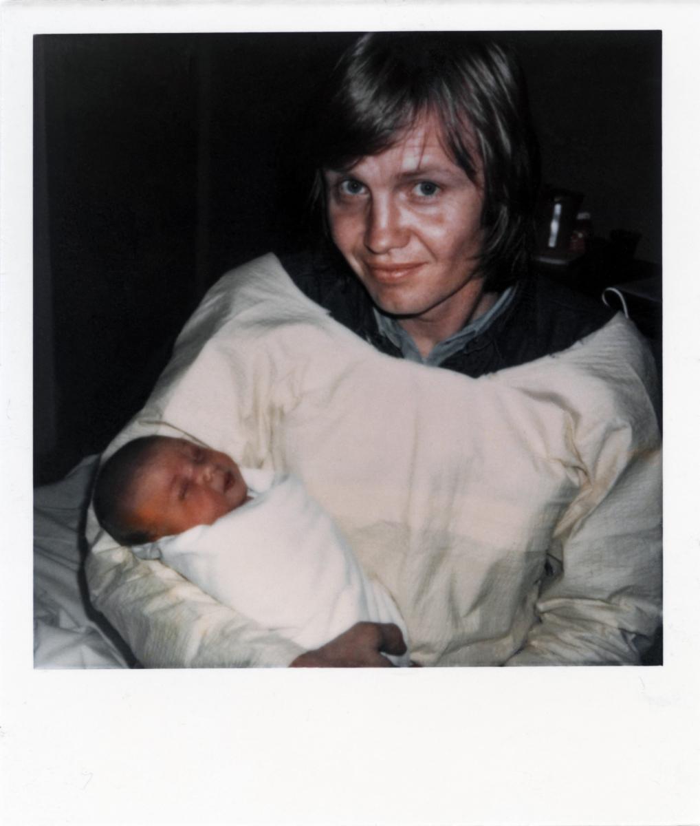 1975年6月4日、ロサンゼルスで誕生したアンジェリーナ・ジョリー。父親はオスカー俳優のジョン・ヴォイト(79)で、母親の故マルシェリーヌ・ベルトラン(享年56)も女優という芸能一家に生まれた、いわゆる二世セレブ。これは父に抱っこされた生後4時間のアンジー。