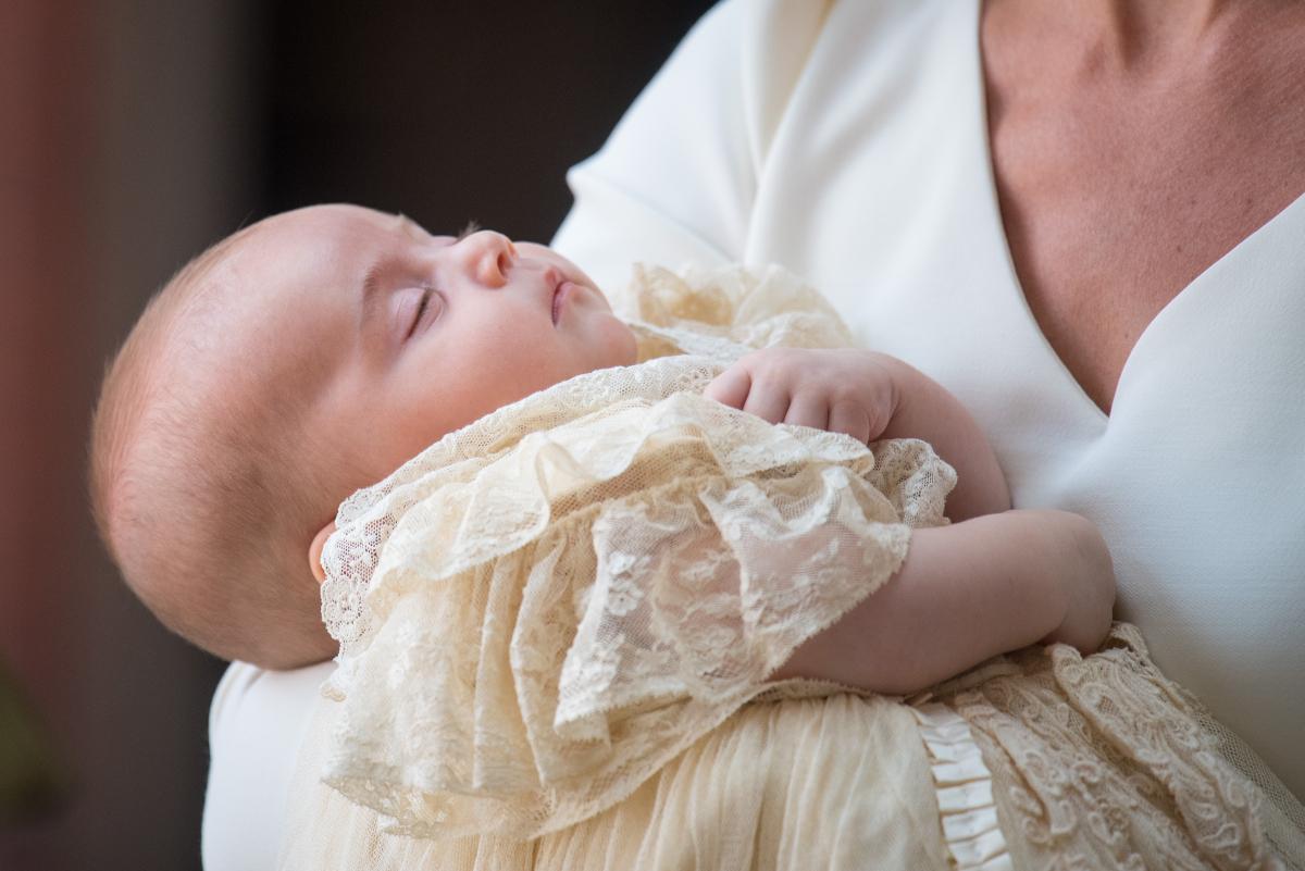 キャサリン妃の腕の中ですやすや眠るルイ王子。
