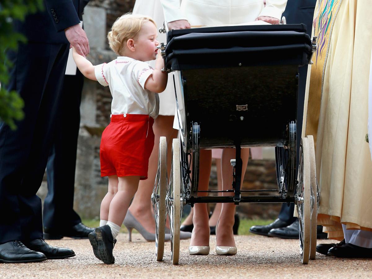 乳母車を覗こうと、つま先を立てて背伸びをするジョージ王子。Photo:Getty Images
