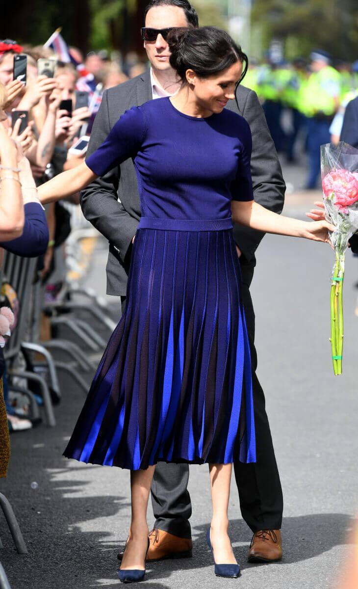外遊では太腿が透けてみえる大胆なスカートを着用したメーガン妃。