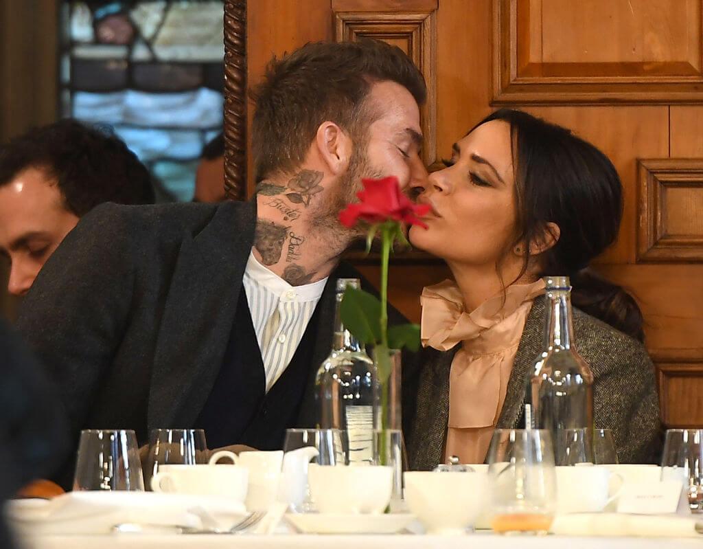 2019年、ファッションブランド、ケント&カーウェンのプレゼンテーションの席で、人目をはばからずにキスを交わすデヴィッド&ヴィクトリア・ベッカム。