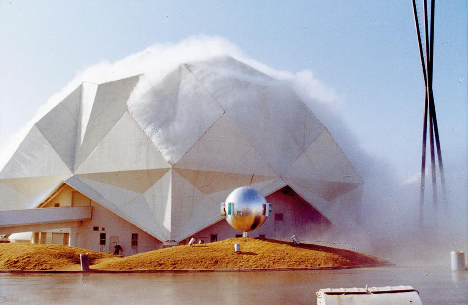 1970年の大阪万博で、「ペプシ館パビリオン」を  人工の霧で包む中谷芙二子とトーマス・ミーの《霧の彫刻》  FUJIKO NAKAYA, COURTESY OF E.A.T