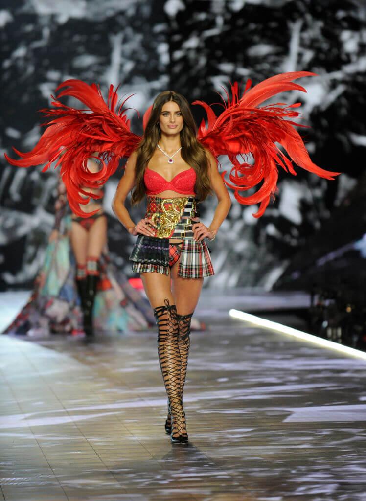 2018年には、赤い羽根とチェックのミニスカート姿で小悪魔のような衣装を披露したテイラー・ヒル。