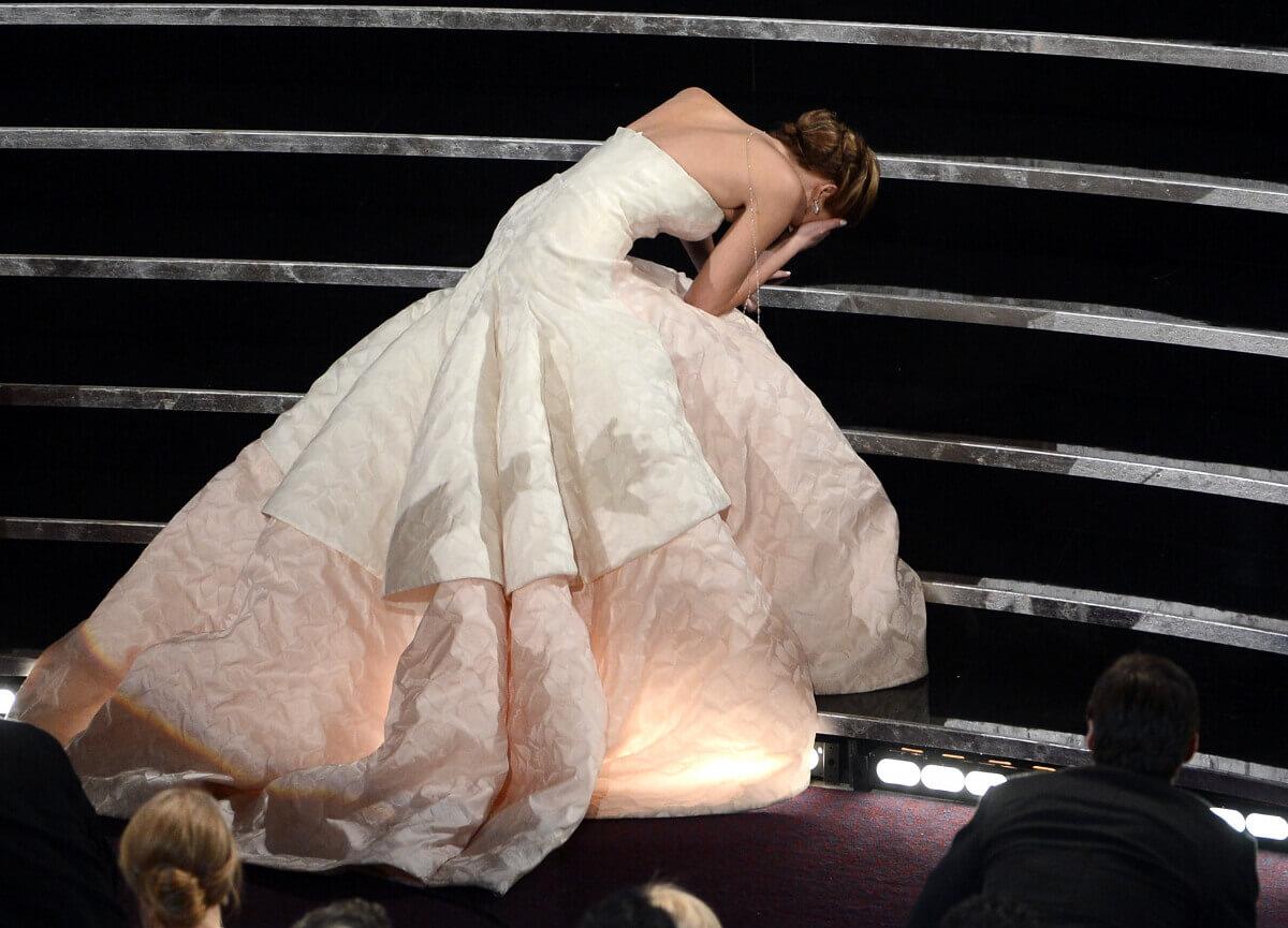 アカデミー賞授賞式でドレスの裾を踏んで転倒するハプニングが発生したジェニファー・ローレンス。