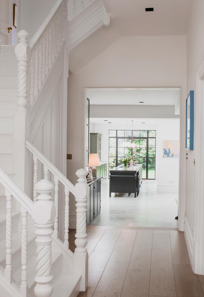 ヴィクトリア調のタウンハウスをリノベートするため、  マシューは不要な壁を取り壊し、残った壁をすべて白色に塗り、  床をコンクリート敷きにした。  それは実質的に、大きな白い箱を創り出すことになった