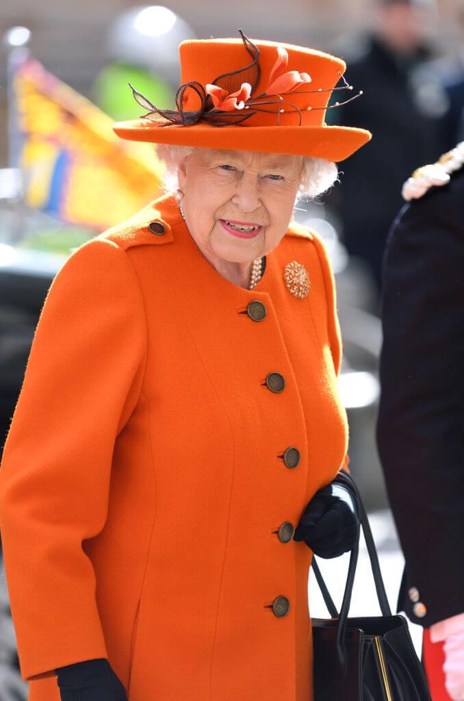 色とりどりのスーツを着用するエリザベス2世。