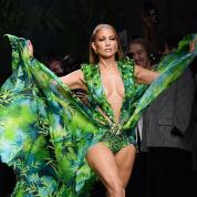 ジェニファー・ロペス、伝説の「ジャングルドレス」姿を見事にアップデート! 自慢の美ボディでヴェルサーチェのランウェイを堂々と闊歩