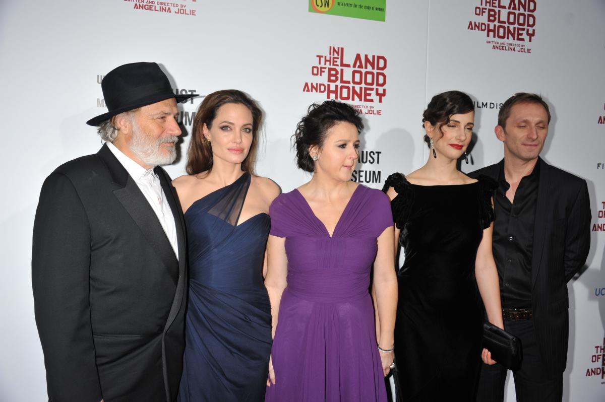 2011年、アンジー初の長編監督作『最愛の大地』が公開に。ボスニア・ヘルツェゴビナ紛争で敵同士となった恋人たちを描いたドラマで、人道支援活動を通じて、被害女性たちの話を聞いたアンジーが義憤に駆られ映画化したもの。各国で論議を巻き起こした。