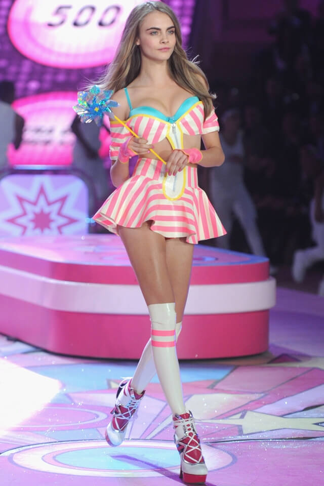 2012年、カーラ・デルヴィーニュはヴィクトリアズ・シークレットのランウェイデビューも果たした。