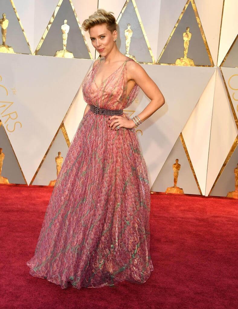 第89回アカデミー賞授賞式では、春らしいピンクシフォンのドレスを着用したスカーレット・ヨハンソン。