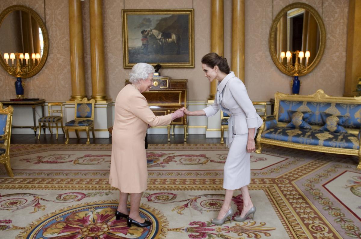 紛争地域における性的暴力撲滅に取り組んできたことが評価され、2014年10月にエリザベス女王から聖マイケル・聖ジョージ勲章・名誉大英勲章第一位の勲章が授与された。8月に結婚した夫ブラッドと子どもたちもバッキンガム宮殿を訪れ、女王と対面。
