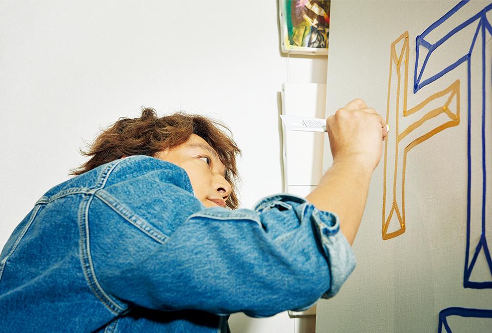 『T JAPAN』のロゴをおもむろに描き始める香取。 そんなサービス精神旺盛なところもポップスター!