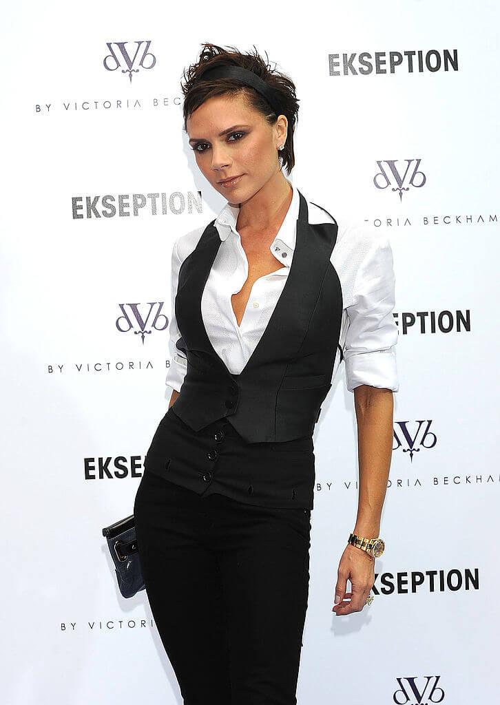 2008年、自身のブランド「Victoria Beckham」のローンチを発表したヴィクトリア・ベッカム。記者会見で、洗練されたモノトーンのパンツルックを披露した。