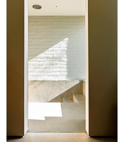 影絵による舞台劇  主寝室の浴室には、サウスウェスト建築にキュービスムっぽい感覚を採り入れ、 シャワーへと降りる階段をつけた