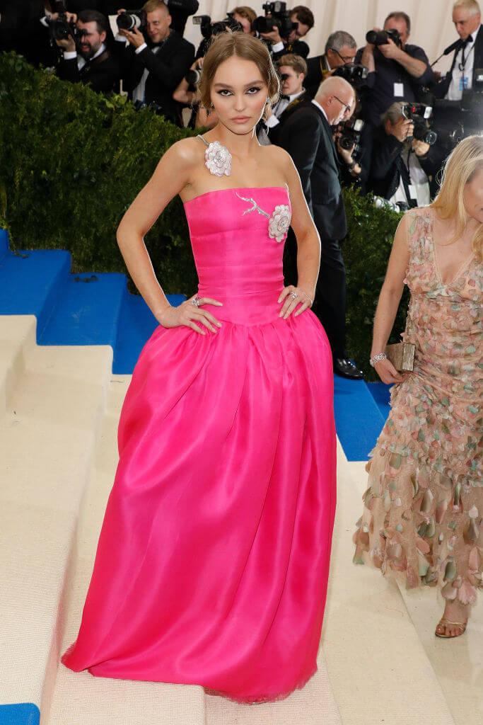 メットガラにはコム デ ギャルソンのピンクドレスをチョイスしたリリー=・ローズ・デップ。