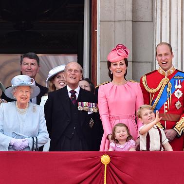 英ロイヤルキッズのキュートな表情にメロメロ! エリザベス女王の誕生日を祝福するパレードが開幕